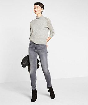 Jeans mit Federanhänger