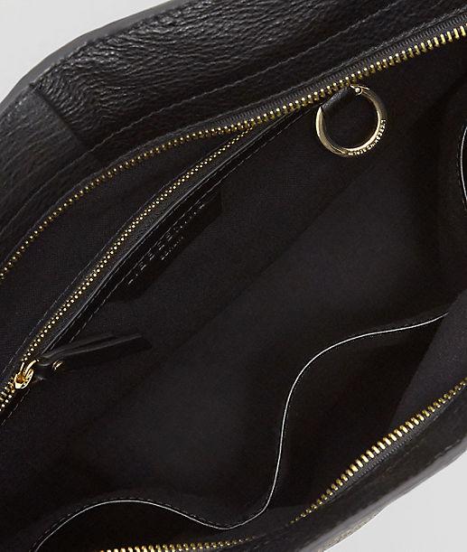 Handtasche mit geprägtem Tragegurt