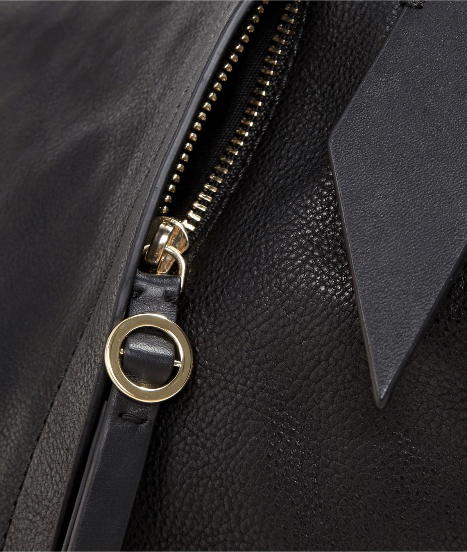 Hobobag mit Magnetfalten