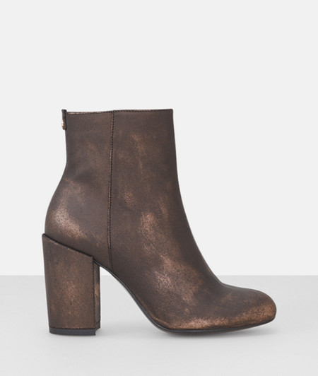 Boots in a shimmery look from liebeskind